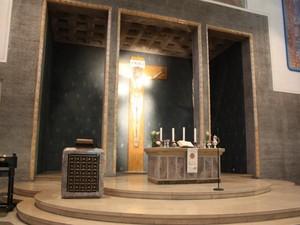 Altar der Paulus Kirche am Ostermorgen